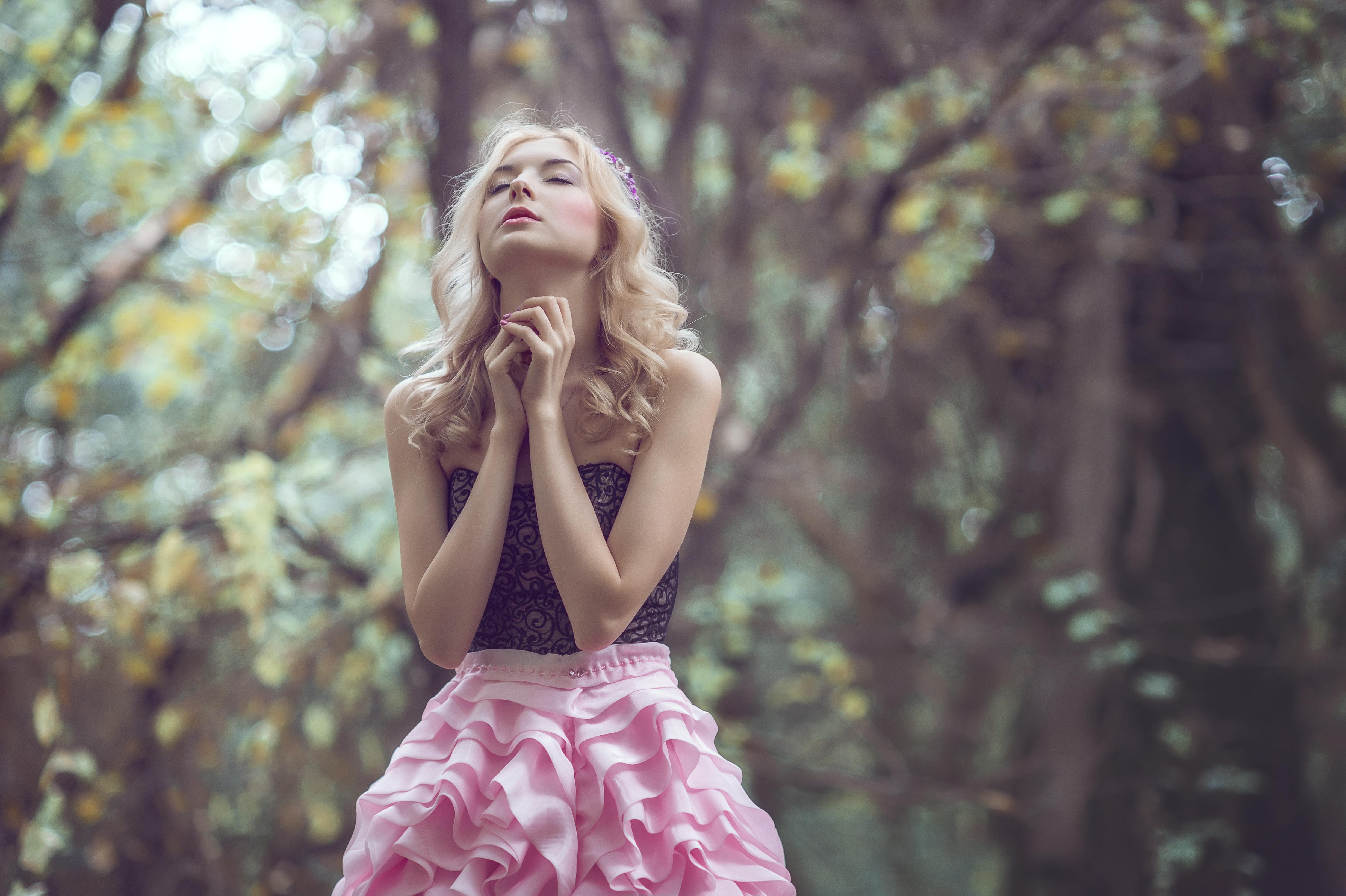 girl praying natura
